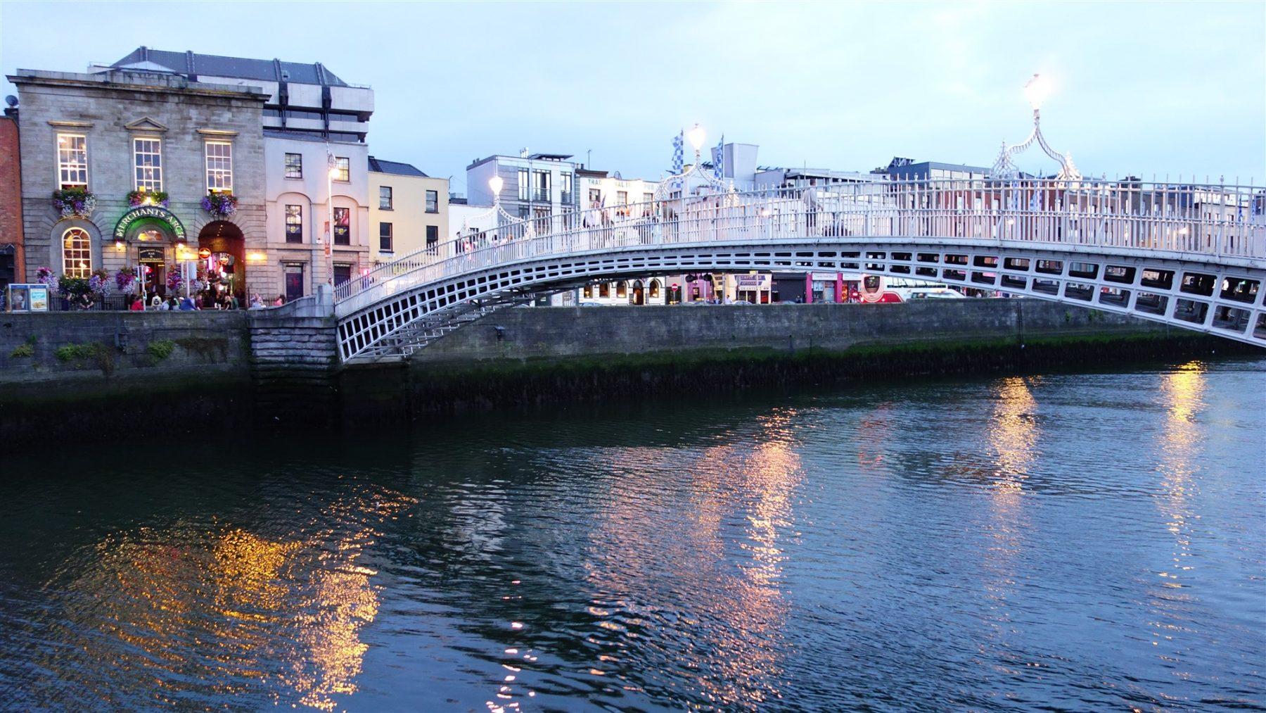 Ha'penny_Bridge_in_Dublin